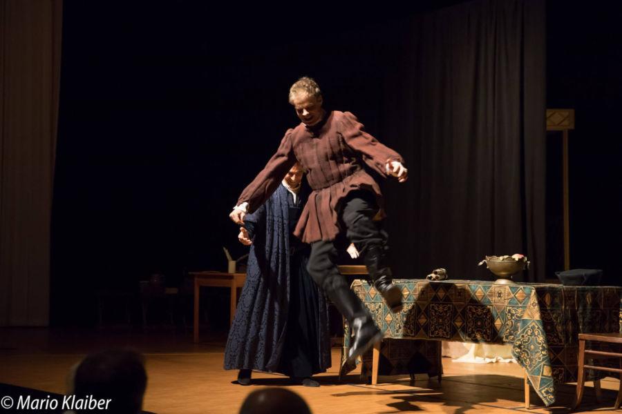 """Aufführung von """"Höllenfeuer – Luther der Rebell"""" mit Benjamin Stoll als Martin Luther und Dannie Lennertz als Georg Spalatin"""