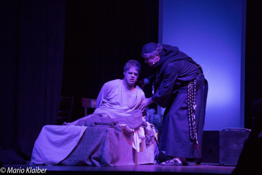 """Aufführung von """"Höllenfeuer – Luther der Rebell"""" mit Benjamin Stoll als Martin Luther und Uwe Kreusel als Johann Petzensteiner"""
