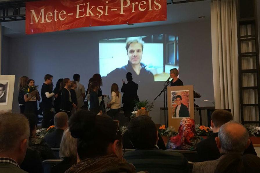 Benjamin Stoll mit Videogruß bei der Mete-Ekşi-Preisverleihung 2016